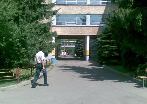 Приемная комиссия НИЯУ МИФИ: проход между главным и Б-корпусом